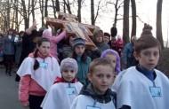 Діти школи св. Антонія теж мали свою долю у несінні св. Хреста...