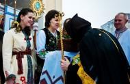 Відтак, згідно з нашим українським звичаєм владика прийняв хліб і сіль