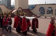 процесія навколо храму з плащаницею