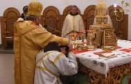 ого мають висвятити в диякони приклякає на одно коліно, що символізує половину священства, під час коли кандидат в священики приклякає на два коліна, що означає повноту священства.