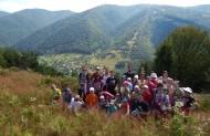 На фоні гір і монастиря