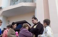о. Пантелеймон благословить вірян і роздає образки св. Пателеймона.