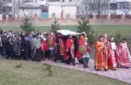 Процесійний обхід храму св. Петра з плащаницею.